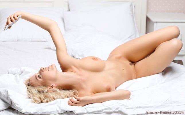 Nackte Frau hat Sex über WhatsApp