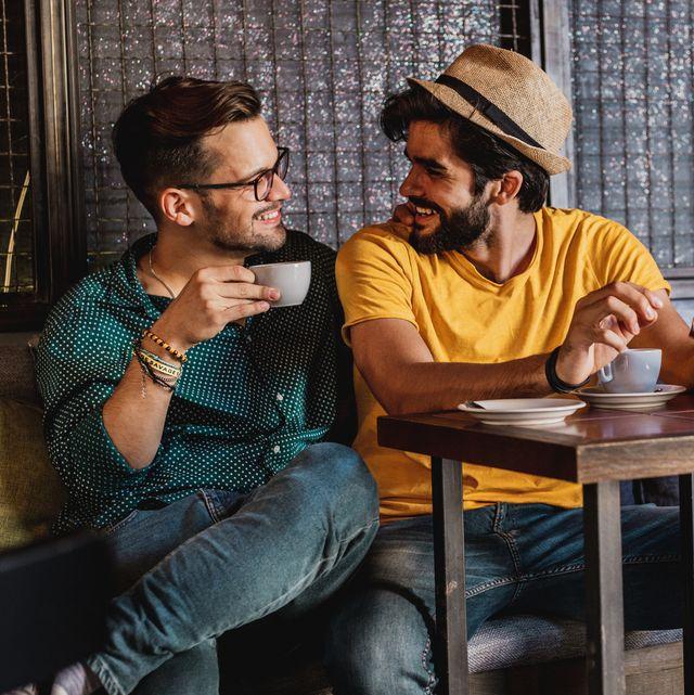 deux gays dans un bar
